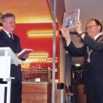 272; 07-04-05 Boekoverhandiging aan burgemeester G.J. de Graaf