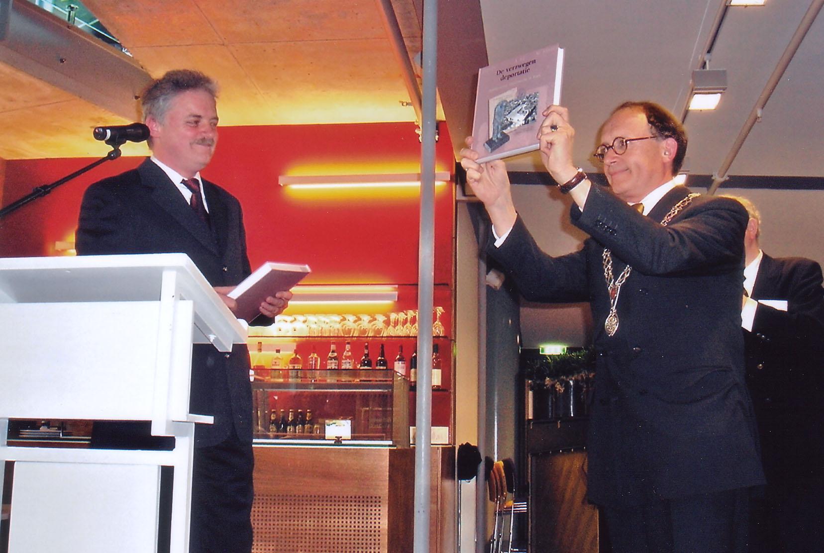 Boekoverhandiging aan burgemeester G.J. de Graaf
