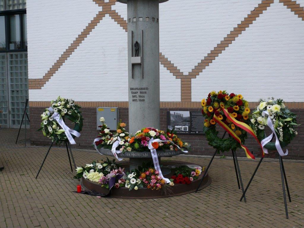 Het monument en het infobord